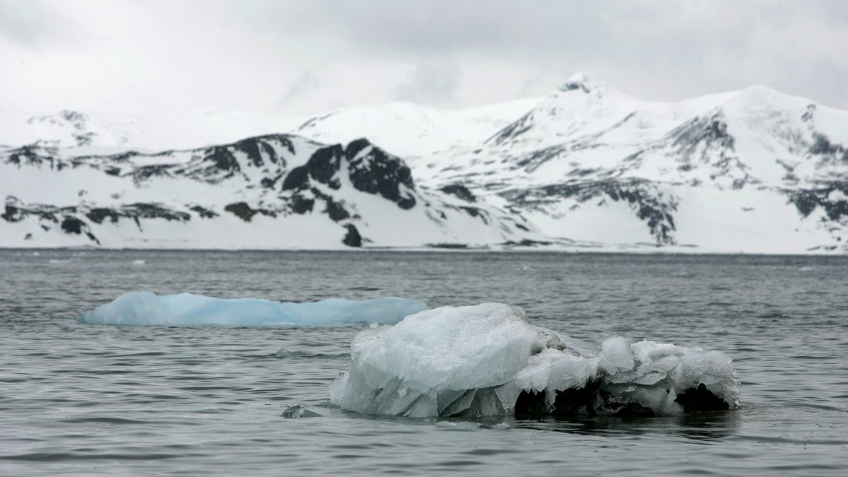 ** FILE ** A Nov. 9, 2007 file photo shows melting icebergs in Antarctica.  Environment...